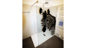 Duschwand mit Zebra-Motiv