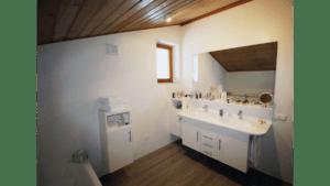 Fugenlose Mineralwerkstoffplatte mit Waschbecken