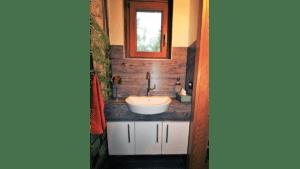 Kleines Waschbecken in Holzoptik im Gäste-WC