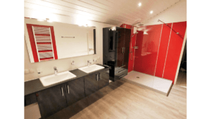 Klassisches Bad Schwarz-Lack mit Rot-Weiß